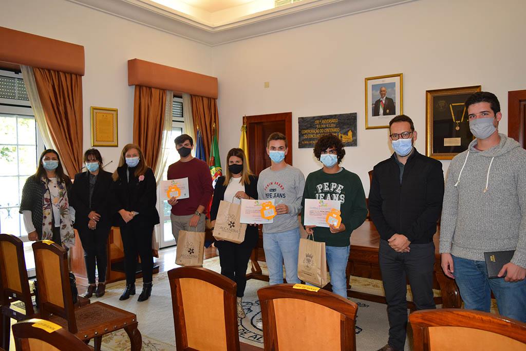 Entrega do Certificado aos jovens participantes do Projeto Jovens Ativos